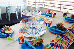 Una fiesta en la terraza con puntazos a todo color! Sobre cada plato un llavero de regalito para que cada invitado se lo lleve de recuerdo. http://www.airedefiesta.com/content/1415/224/707/1/1/Una-Fiesta-en-la-Terraza.htm #ideasparafiestas #comunion #platosdeplastico #cumpleaños
