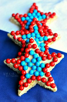 Red White and Blue Rice Krispie Stars: adorable Rice Krispies stars, covered with white chocolate and decorated with chocolate Sixlets, all made in red white and blue theme! #redwhiteandblue #treat #memorialday