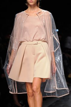 Anteprima Nude beige rosa falda pantalon cuerpo chubasquero capa transparente impermeable invitada