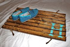 Stained Wood Doormat with Initial - easy to do for summer {budget} projects!