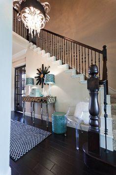 Hall d'entrée avec escalier noir et blanc et pointes de turquoise #teal #turquoise