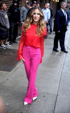Sarah Jessica Parker de rosa y rojo y zapatos blancos. Genial!