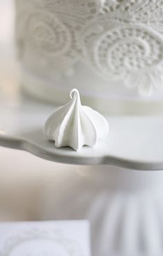 White mini meringue