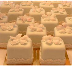 Square white chocolate cupcakes squar, chocolate cupcakes, mini wedding, weddings, mini cupcakes, wedding cakes, white cakes, mini cakes, baby showers