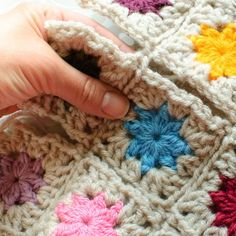 A simple slip stitch join and how to join them to help minimize lots of tails to weave in! •✿• Teresa Restegui http://www.pinterest.com/teretegui/ •✿•