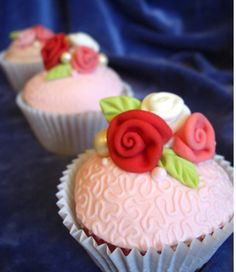 Happy Mother's Day cupcakes with roses #PrettyCupcakes for #MothersDay