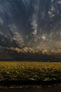 Shelf Cloud with what appears to be Mammatus clouds up top.. Scary!