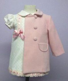 Vestido para bebe en micropana beige con topitos rosas combinado con entredós y lazo rosa a juego. Le aconsejamos acompañarlo con el abrigo  Ropa de bebe de MiBebesito totalmente personalizable. Ideal para regalos, nacimientos, cumpleaños...