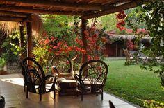 distintos tipos de quinchos y galerias, que se usan en los jardines rusticos, de Argentina