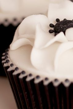 Rachelles Beautiful Bespoke Cakes- black and white anemone cuppie with little black dots