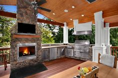 AMAZING OUTDOOR KITCHENS: spacious outdoor #kitchen and dining space, perfect for a large #cabin