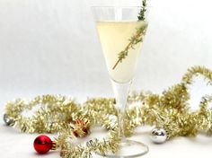 23 Skiddoo: a festive #cocktail made with sparkling wine, fresh thyme, gin, and elderflower liqueur.