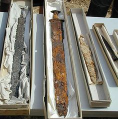 Diferentes armas (2 Spathae, un sax, una punta de lanza) procedentes de cementerios Alamanes del distrito de Friburgo, Alemania. Siglos VI-VII d.C.