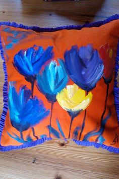 Bellos almohadones pintados por la artista Silvina Apesteguia en oleo