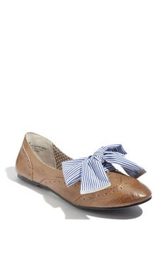 Oxford shoes with big bows. #summertime