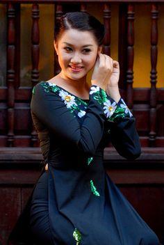 Người đẹp e ấp với áo dài nơi phố cổ.   Nguyễn Minh Ngọc Trâm, Bến Tre.