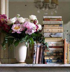 vintage books, interior, book displays, vignett, shabby chic, fresh flowers, antique books, peoni, old books