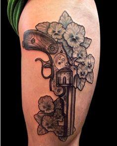 Tattoo Nano Tatouage revolver gun