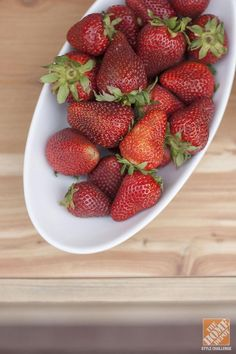 Yum! Who can resist a sweet treat in the summer heat? Your guests will appreciate a bowl of ripe strawberries. Click through for outdoor entertaining ideas from Carrie Waller. || @dreamgreendiy