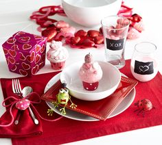 Have fun with a sweet Valentine's Day breakfast setting valentine day, frog, breakfast, chains, christmas, holidays, place set, placeset, bowls