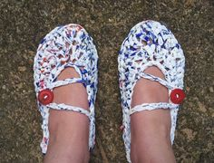 Plarn Crochet Slippers.  This is a very easy FREE pattern for DIY crochet slippers.  I love upcycling!
