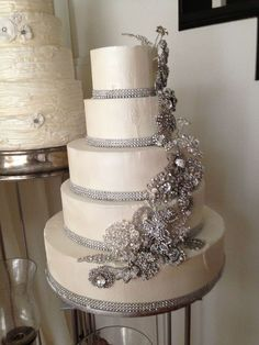 This the perfect Wedding cake!!!! Just add some purple and it will be perfect!!! I'm planning on a Purple and gray and white wedding<3
