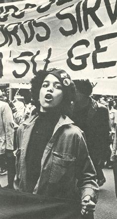 Los Young Lords se manifiestan, El Barrio, Nueva York.    Photo by Michael Abramson.