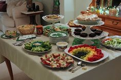 St. Patrick's Day Bunco Ideas, remember to use black kettles from teaching supply stash (big one and little ones).  Menu - green veggie tray, rainbow fruit tray, potato chips, Guinness brownies, Irish soda bread, Irish potatoes, mini reubens Tables - Rolos, Reeses, Skittles