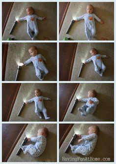 Jugar con una linterna. Having Fun at Home: Baby Playtime: Flashlights!