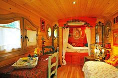 This is so bright! Love it. #gypsy #boho #boheme #bohemian #home #decor #furniture #trailer #roulotte #tsigane