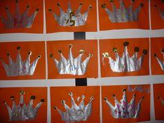 Map juf Ineke: het koningshuis. De kinderen beschilderen de kroon met goud- of zilververf en knippen cirkels uit glimmend papier.