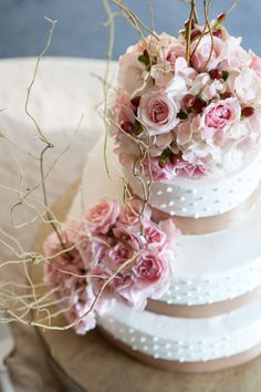 Love the florals on this beautiful cake.
