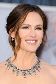 The always gorgeous Jennifer Garner let her natural beauty shine through with easy, barely-there makeup #Oscars OBSESSED with her styling for this look... Look at the Neil Lane deco statement necklace!