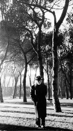 Pío Baroja, paseando en el parque del Retiro de Madrid en 1950.