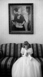 Volendam 2000, meisje in witte jurk voor de eerste communie. fotograaf Dirk Buwalda Collectie Stadsarchief Amsterdam #NoordHolland #Volendam