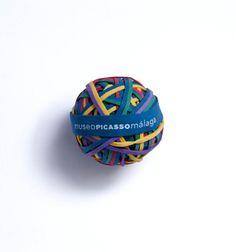 ¿Un regalo divertido para los niños? ¡Los más pequeños se lo pasarán en grande jugando con esta pelota de gomillas de colores!