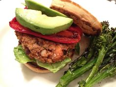Vegan burger free of gluten, with sweet potatoes, kidney beans, quinoa, and spinach.