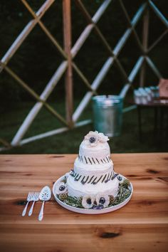 white wedding cake ideas http://www.weddingchicks.com/2013/09/12/twelve-at-the-table/