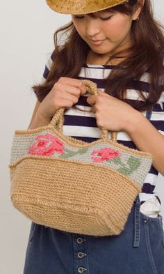Crochet country-style flower embroidery jute bag - free diagram pattern with a chart for the flowers. English version via this link: http://gosyo.co.jp/english/pattern/eHTML/bag.html