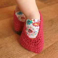 Baby shoes that stay on? I could make these for shower gifts ...