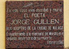 """Placa conmemorativa en el Paseo Marítimo de Málaga, en la casa donde vivió, el autor de la Generación del 27 Jorge Guillén, cerca de las Playas de la Farola y """"mirando al Mar Mediterraneo"""". Foto cedida por ASR."""