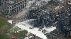 Luchtfoto Shell Moerdijk.......n shelfie? Luchtfoto van de ontplofte reactor. pic.twitter.com/620PTBQPbF