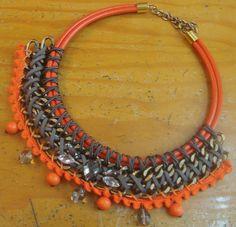 collar babero naranja y gris