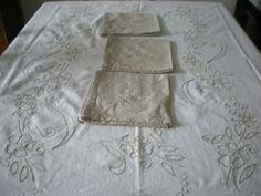 Conjunto de mantel y servilletas bordados a mano