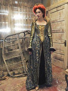 We <3 Spencer's dramatic Queen of Rosewood Halloween costume!