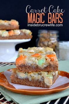 Carrot Cake Magic Bars - all the flavors of a carrot cake in a gooey magic bar #carrotcake #recipes #easter