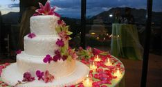 Love the table decorations around the cake!
