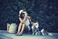 Vestidinho + Havaianas + Chapéu de palha + Bolsona de palha = Look perfeito de praia