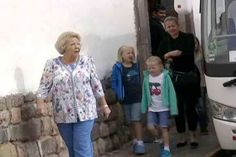 koningspaar:  Princess Beatrix with her grandchildren Countess Luana,Countess Zaria and Princess Alexia (partially hidden at back) and her daughter-in-law Princess Mabel in Peru, August 7, 2014