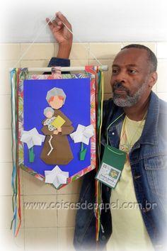 Emilson Nunes dos Santos com sua Bandeira de Santo Antônio